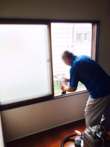 窓ガラス 清掃中