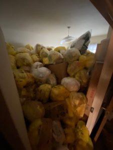 ゴミ袋が積み上げられたお部屋