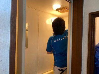 浴室を清掃する岸野部長