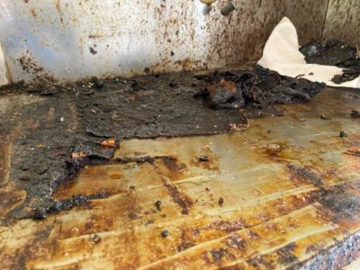 堆積した油汚れ 削ぎ取り途中