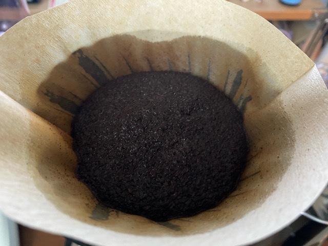 丸く膨らむコーヒーの粉