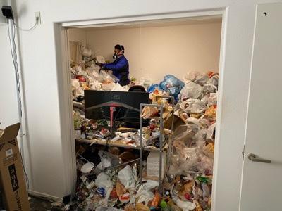 ゴミの分別・仕分け作業風景