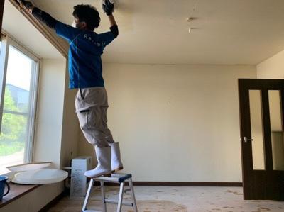 天井への消臭施工風景